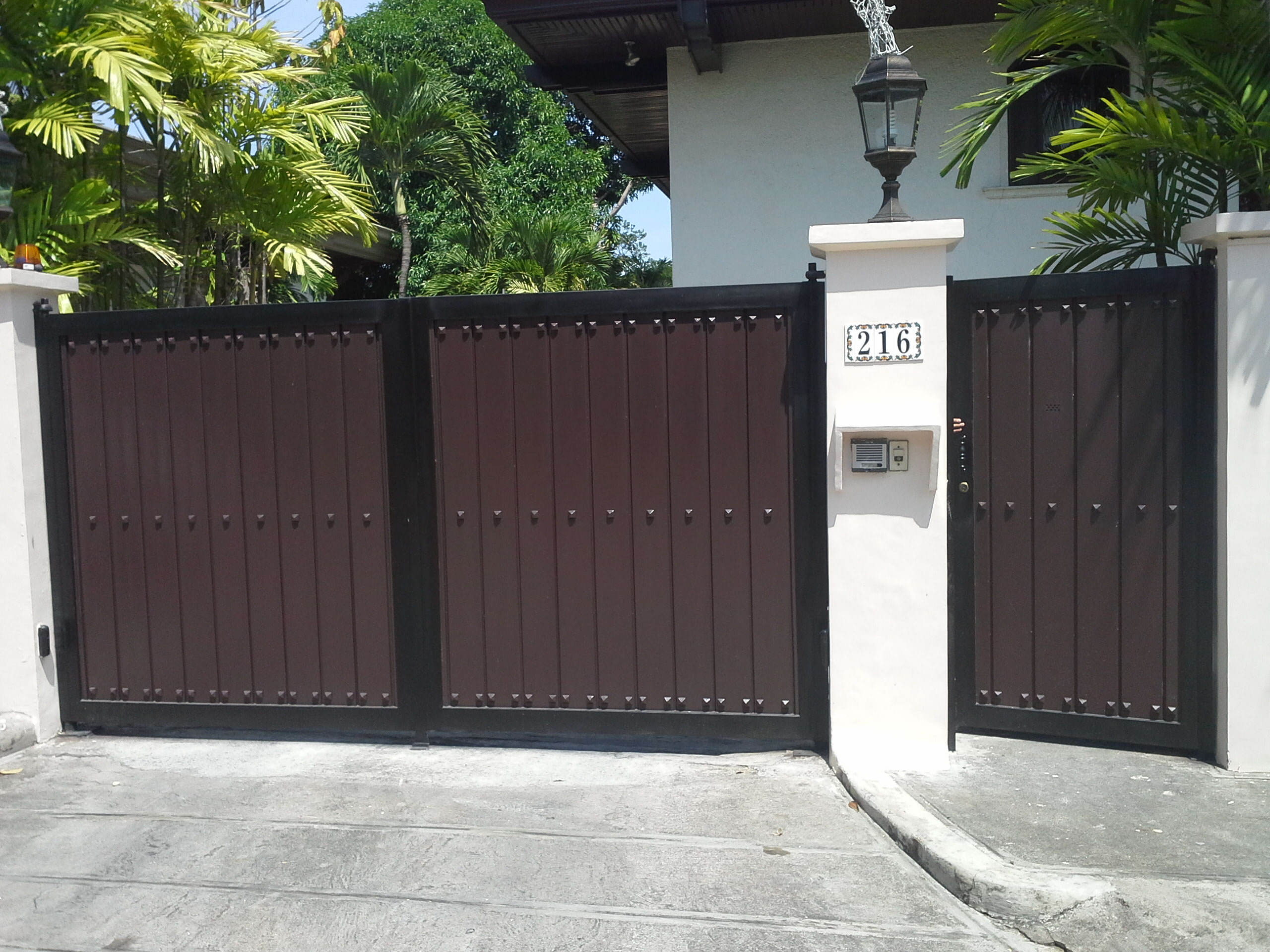 Modern entrance gate cavitetrail glass railings for Modern house gate designs