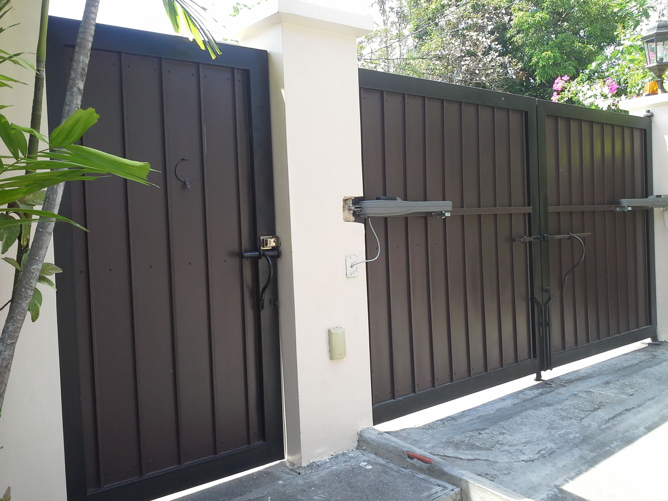 Modern Entrance Gate Cavitetrail Glass Railings